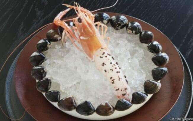 Camarão vivo coberto por formigas pretas é o primeiro prato do menu fixo do Noma, especialmente criado para o público japonês