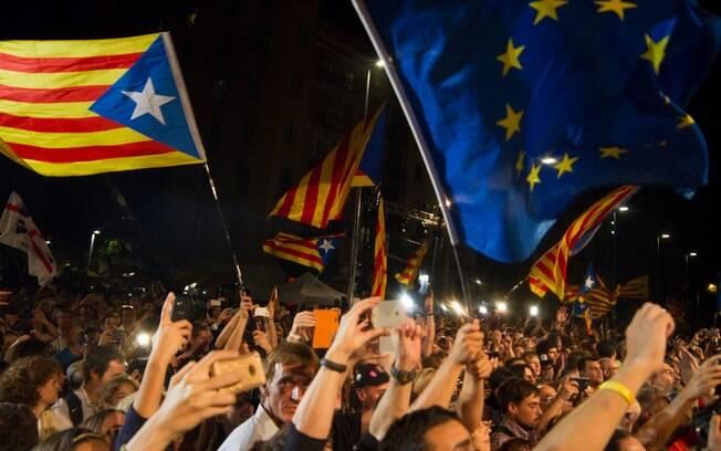 Milhares de catalães celebraram decisão do parlamento local em declarar independência do resto da Espanha