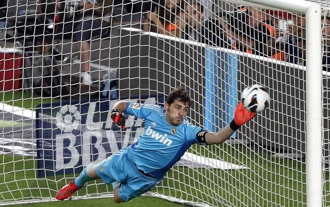 Casillas se estica, mas vê a falta de Messi  entrar