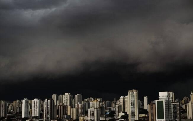 Nuvens carregadas na Lapa, zona oeste de São Paulo, na tarde desta segunda-feira (15)
