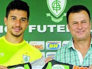 Apresentado.   Renan Oliveira recebeu a camisa americana das mãos do gerente de futebol Flávio Lopes