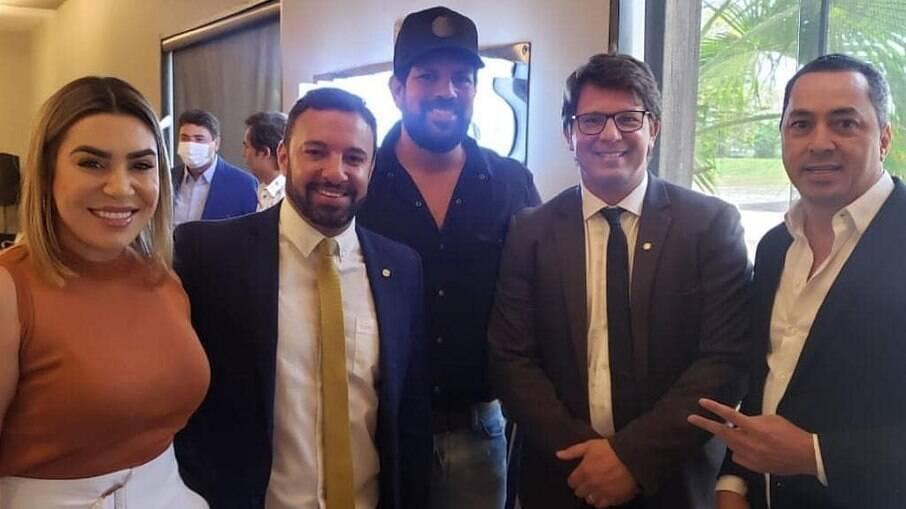 Naiara Azevedo e o sertanejo Sorocaba reunidos com membros do governo Bolsonaro