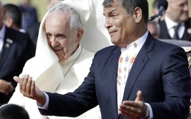 Papa enfrenta vento que chegou a derrubar seu solidéu ao cumprimentar presidente equatoriano, no domingo (5). Foto: AP