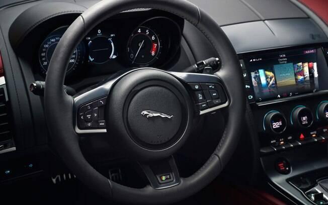 Jaguar F-Type 2.0  tem interior sofisticado e acabamento caprichado. No centro do painel, saídas de ar são retráteis