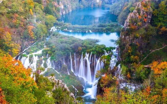 Lagos e cachoeiras durante o outono no Parque Nacional dos Lagos de Plitvice