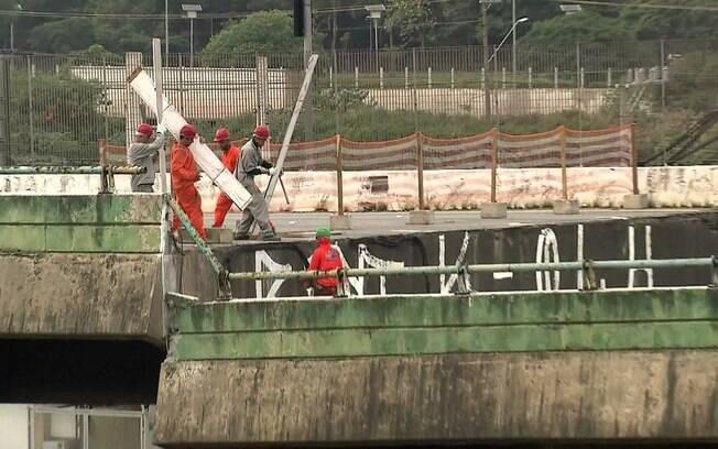 Após o desabamento em 15 de novembro, interdição da Marginal Pinheiros para obras de reerguimento do viaduto já dura quase um mês