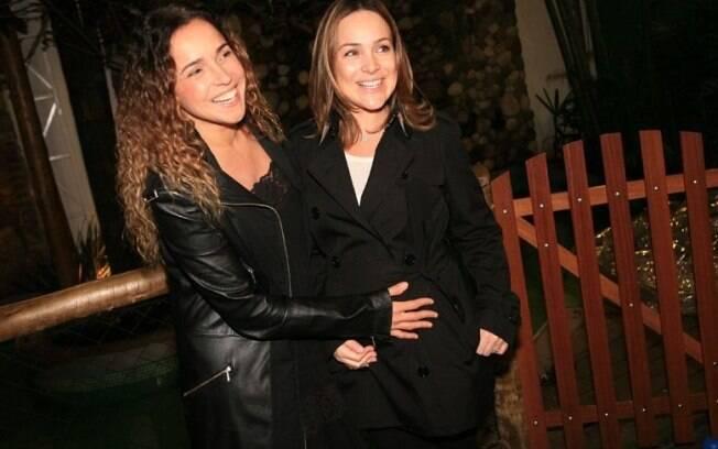 Daniela Mercury faz carinho na barriga de Gabriela Duarte, grávida de quase cinco meses de um menino