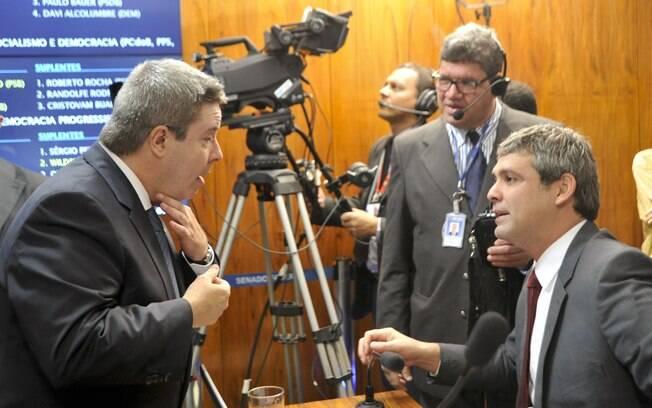 Senadores Antonio Anastasia (PSDB-MG) e Lindembergh Farias (PT-RJ) discutem durante reunião que discute o encaminhamento do relatório da Comissão Especial do Impeachment no Senado. Foto: Geraldo Magela/Agência Senado