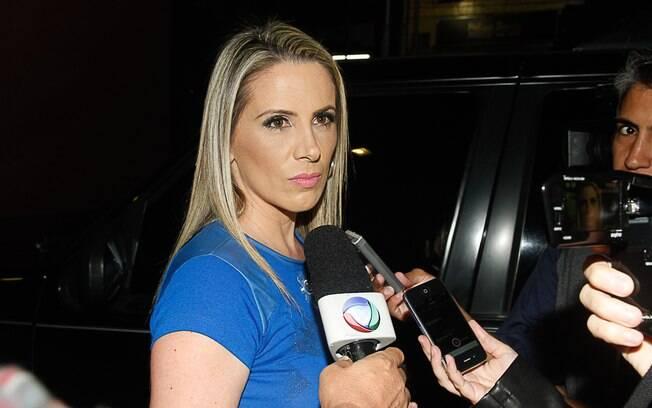 Faby Monarca, mulher de Marcos Oliver, fala com a imprensa enquanto aguarda saída do ator