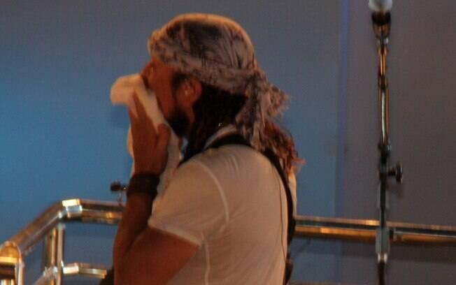 O cantor Bell Marques se emociona após apresentação durante a madrugada deste sábado (1º), em Salvador
