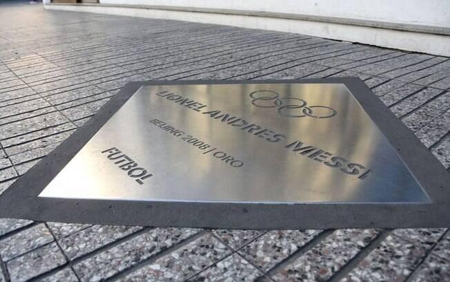 Placa com nome do jogador Lionel Messi no Passeo de los Olímpicos.