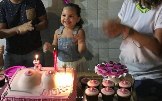 """""""Se tem uma coisa que não me arrependo é de ter feito uma festa de peitos"""", afirma a mãe da pequena Laura, de três anos"""