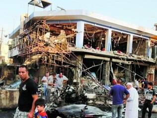 Destruição. Estado Islâmico detonou carros-bomba em distrito próximo à capital iraquiana ontem