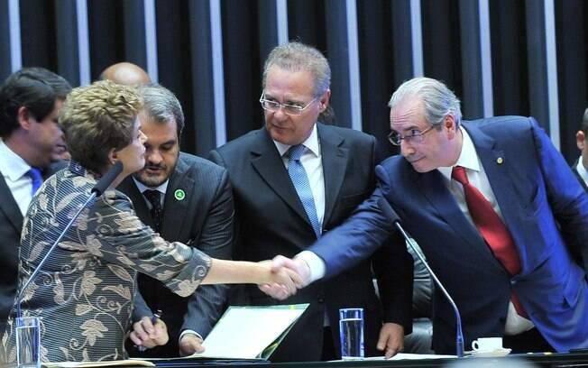 Dilma Rousseff e Eduardo Cunha se cumprimentam durante sessão solene no Congresso Nacional