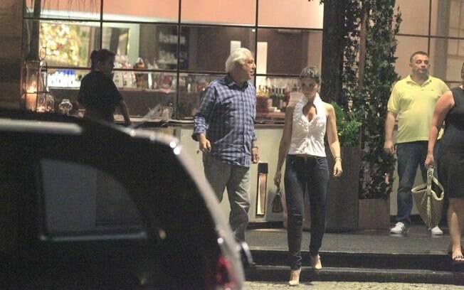 Antonio Fagundes janta com a ex-namorada, a atriz Alexandra Martins