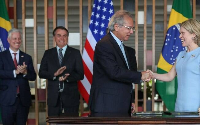 Paulo Guedes firma acordo com presidente do Exim Bank, Kimberly Reed
