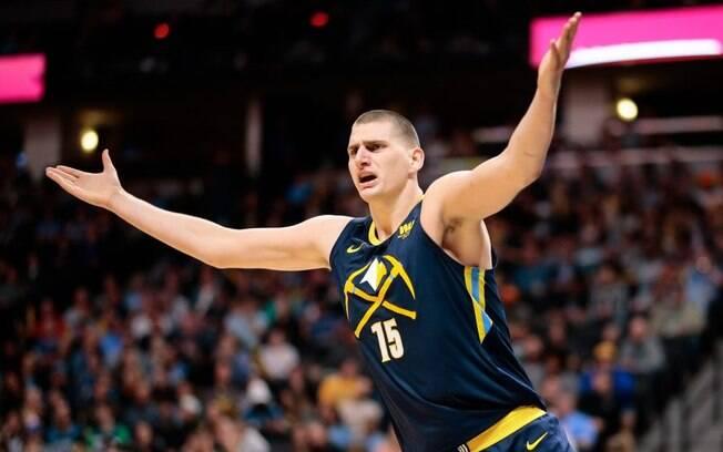 Nikola Jokic ,destaque do Denver Nuggets, foi multado em R$ 94 mil pela NBA após comentário homofóbico