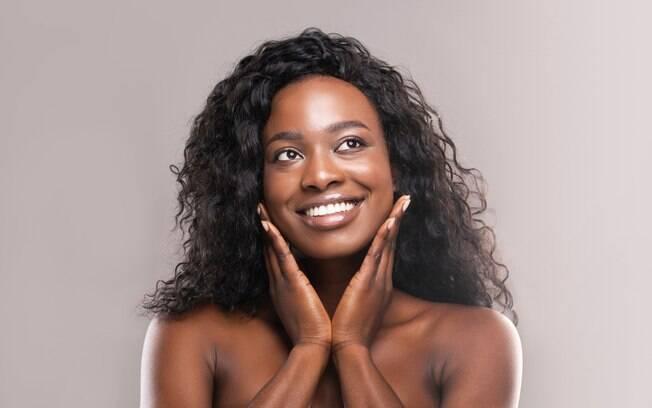 mulher negra exibindo pele impecável