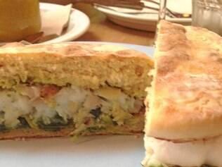 Muitas versões de sanduíches, tacos e burritos compõem um bar de tapas mexicano