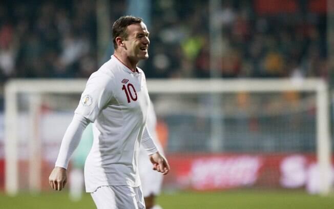 Rooney comemora o gol da Inglaterra diante de  Montenegro. No final, a partida ficou no 1 a 1