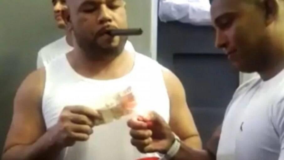 Detentos de Bangu 9 acendem charutos com notas de R$ 50 e divulgam vídeo nas redes sociais