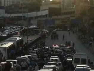 Polícia fecha trânsito nos dois sentidos da avenida Cristiano Machado para tentar encontrar bandidos