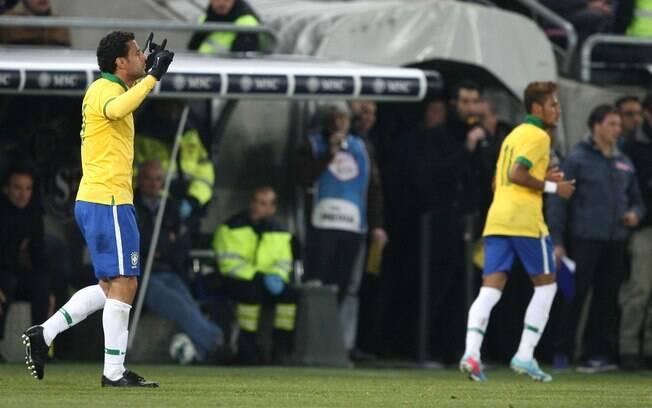 Fred comemora primeiro gol do Brasil diante  da Itália