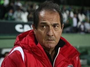 Treinador criticou a postura do time em não definir a partida e deixar o Coxa virar o jogo