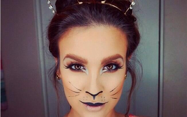 Blogueira Nicole Guerriero aposta em gatinho elaborado, mas com um lápis de olho, alguns traços como bigode e o nariz pintado você já consegue uma fantasia de carnaval de gatinho