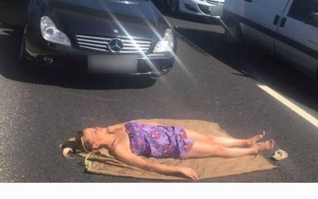 Lily Willetts deitou-se em avenida de Manchester para se bronzear após ficar presa em um congestionamento por horas