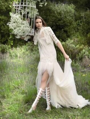Boleros ajudam a noiva a minimizar o frio em julho. Vestido de Yolan Cris para Black Tie