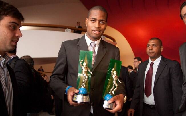 Dedé e seus dois prêmios: Melhor zagueiro e  Craque da Galera