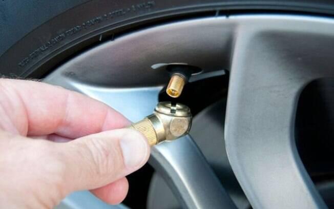 Se o carro for ficar parado por até 90 dias, encha os pneus de acordo com o máximo dito no manual. Se o período parado for maior, coloque sobre um cavalete.