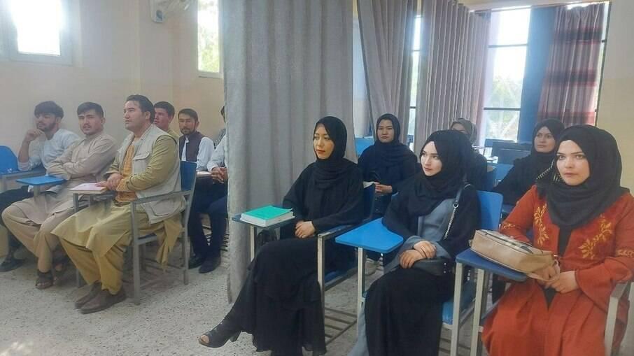 Universidade Avicenna divide mulheres e homens em sala