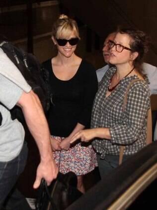 Sorridente, Reese Whiterspoon desembarca em São Paulo