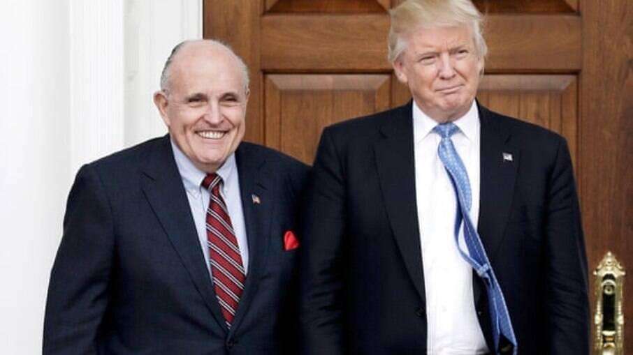 Donald Trump ao lado de seu advogado e ex-prefeito de NY, Rudy Giuliani