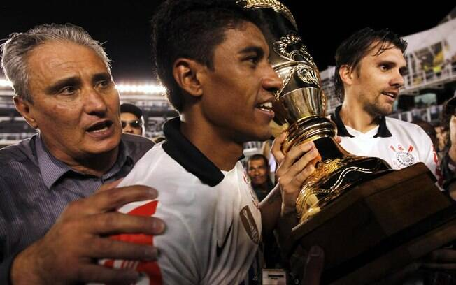 Tite comemora a conquista do Paulistão, ao  lado do volante Paulinho e do zagueiro Paulo  André