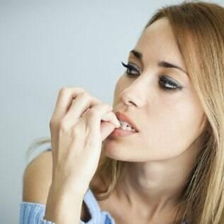 Roer unhas é um dos 30 maus hábitos de beleza