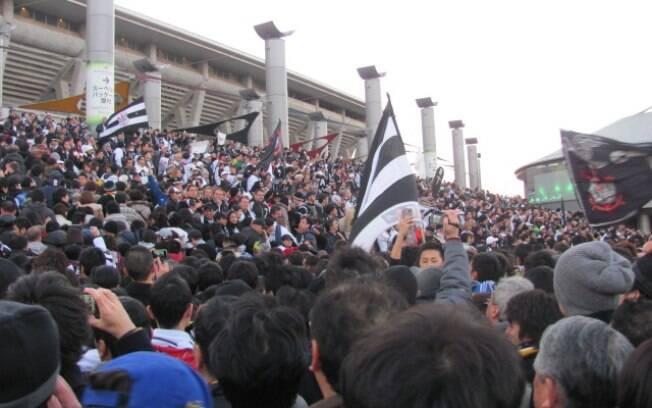 Escadaria do estádio de Yokohama tomada de  corintianos antes da partida contra o Chelsea