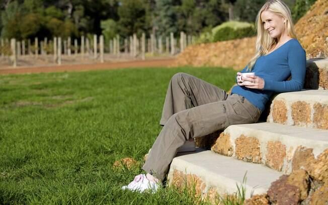 """Tomar sol: o reumatologista explica que 15 minutos de sol diários são ótimos para sintetizar a vitamina D, importante para manter os ossos saudáveis. """"Cerca de 50% dos idosos que frequentam ambulatórios têm carência"""", explica. Foto: Getty Images"""
