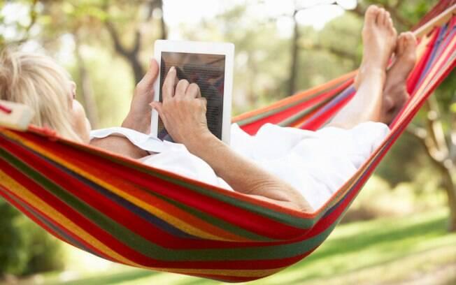 Doce rotina: atos corriqueiros como relaxar lendo algo interessante no tablet podem gerar mais felicidade do que fazer uma viagem