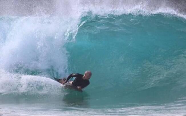 Surfista levou três pontos após levar mordida de tubarão na cabeça, em praia de Noronha