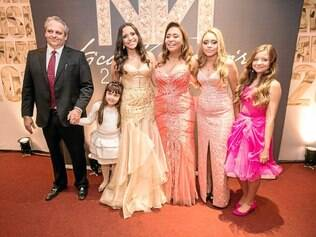 15 anos: A aniversariante Nicolle Moreira, entre o padrasto, Márcio Túlio Almeida, a prima, Maria Fernanda, a mãe, Adriana Moreira, e as irmãs, Michelle e Vivian, na Casa Tua