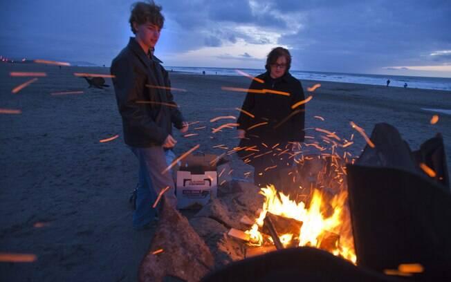 Fogueira na praia é tradição nas areias de São Francisco