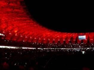 A iluminação vermelha combinada com as luzes dos celulares criou um belo efeito visual  no Beira-Rio