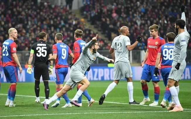 Em campo, a Roma venceu o CSKA por 2 a 1 pela Champions. Fora, torcedores de ambos os times brigaram e três ficaram feridos
