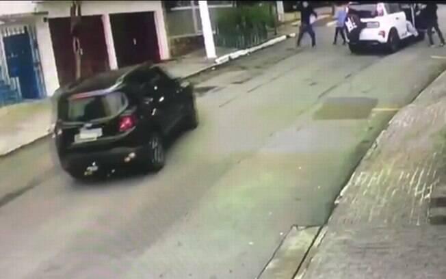 Homem passava de carro por outro assalto quando foi atingido por tiro