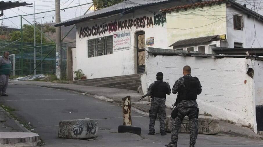 PM-RJ realiza operação para encerrar confronto de facções no Juramento