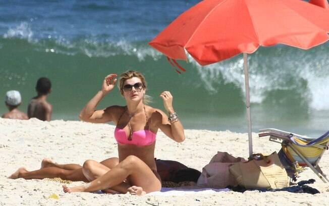 Mirella Santos curtiu o dia de sol no Rio ao lado de uma amiga, na praia do Pepê
