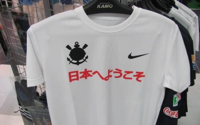 6769235eac Camisa especial para o Mundial é uma das poucas do Corinthians ainda  disponíveis na loja. Produtos do Chelsea são os mais variados. Há muitos  fãs japoneses ...